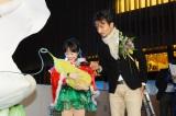 WISH COCOONを抱く本田望結(左)とロボットクリエイター高橋智隆(右)=「ウメダ☆スケートリンク つるんつるん」のオープニングセレモニー