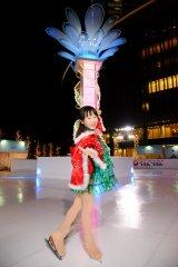 シンボルツリー「エモーショナル・クリスマスツリー」の前に立つ本田望結=「ウメダ☆スケートリンク つるんつるん」のオープニングセレモニー