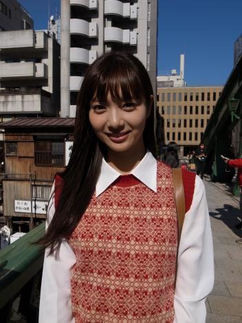 若き日の明石家さんまの恋人役を演じる新川優愛(C)日本テレビ