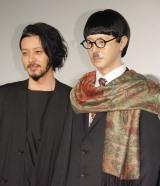 映画『FOUJITA』初日舞台あいさつに出席したオダギリジョー。自身のマネキンと初対面した (C)ORICON NewS inc.