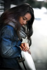 18歳の女性シンガー・ソングライターAnly Profile/97年生まれ。沖縄・伊江島出身の18歳。類まれな歌声とギターテクニックを擁した女性シンガー・ソングライター。11月25日発売のデビューシングル「太陽に笑え」はドラマ『サイレーン 刑事×彼女×完全悪女』(CX系)の主題歌に起用。表題曲の作詞作曲はAnly、プロデュースをCoccoを手がけた根岸孝旨氏が担当。11月28日には、渋谷eggmanにて、シングル「太陽に笑え」デビュー記念のワンマンライブを開催