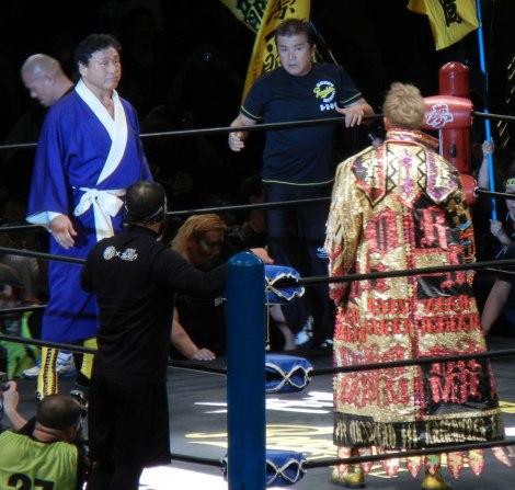 天龍源一郎引退興行 デビュー時に着用した青いガウンで入場