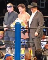 天龍源一郎引退興行 引退セレモニーに登場したテリー・ファンク(左)とスタン・ハンセン(右)