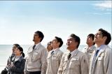 TBS系ドラマ『下町ロケット』第5話より。打ち上がったロケットを見上げる佃製作所の社員たち (C)TBS