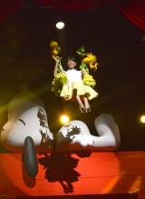 ブランコ型のゴンドラに乗って登場した前田敦子=映画『I LOVE スヌーピー THE PEANUTS MOVIE』ジャパン・スペシャル・イベント (C)ORICON NewS inc.