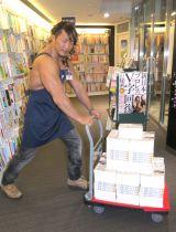 本を運ぶ棚橋弘至選手=『新日本プロレス V字回復の秘密』の出版記念サイン会 (C)ORICON NewS inc.