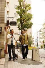高田純次の散歩番組『じゅん散歩』。その新テーマソングを槇原敬之が書き下ろすこととなり、槇原が11月23日放送分の散歩にも参加。高田と東京・麻布十番をぶらり歩きを楽しんだ(C)テレビ朝日