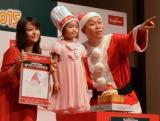 「夢のクリスマスケーキコンテスト2015」イベントに登場した(左から)草刈麻有、コンテストでグランプリを獲得した加藤暁琳ちゃん、千原せいじ (C)oricon ME inc.