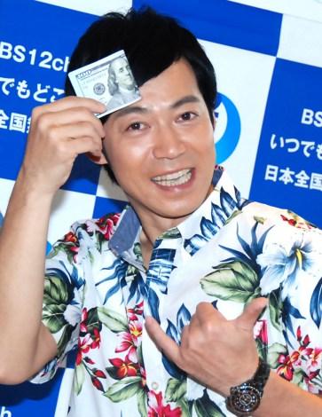 お札で汗を拭く東MAX=情報番組『ハワイに恋して』取材会 (C)ORICON NewS inc.