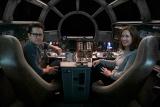 J.J.エイブラムス監督(左)とプロデューサーでルーカスフィルム社長のキャスリーン・ケネディ氏(右)(C)2015 Lucasfilm Ltd. & TM. All Rights Reserved