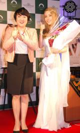 3rdアルバム「f」発売記念ミニライヴ&サイン会を開催したサラ・オレインとエド・はるみ(左) (C)ORICON NewS inc.