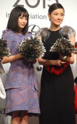 『VOGUE JAPAN Women of the Year 2015』授賞式に出席した(左から)広瀬すず、吉田羊 (C)ORICON NewS inc.