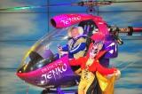 新喜劇とのコラボ公演でヘリを使ったイリュージョンを披露したプリンセス天功(右)