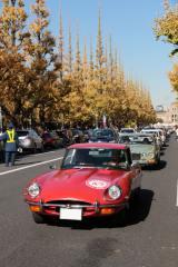 「2015 トヨタ博物館 クラシックカー・フェスティバル in 神宮外苑」で行われたクラシック・カー100台によるパレードの様子