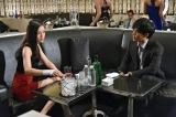 12月1日放送、関西テレビ・フジテレビ系ドラマ『サイレーン 刑事×彼女×完全悪女』7話より。里見はカラが働くキャバクラへと乗り込む(C)関西テレビ