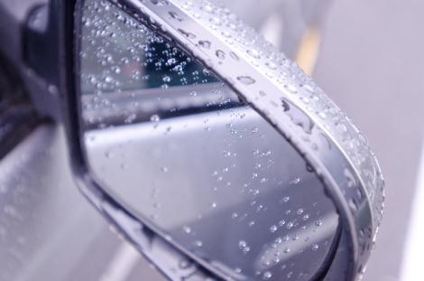 路面が滑りやすい雨の日の運転は要注意。実際の事故事例と役立つ補償を紹介する