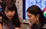 写真合成アプリで遊ぶ山内遥(左)と小林弥生(右) (C)ORICON NewS inc.