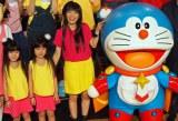 (左から)『映画ドラえもん のび太の宇宙英雄記』完成披露イベントに出席したミニ☆ミワズ(子役ダンサー)、主題歌を歌ったmiwa、ドラえもん (C)ORICON NewS inc.