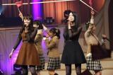 新聞部SCOOPERSを一夜限定復活させ「Brand New Days」を歌った(左から)松井愛莉、三吉彩花
