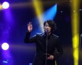 中国・北京で開催された授賞式で2つの賞を受賞した赤西仁