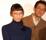 ドラマで登場する「あひる口」を披露した杏と興味深げな松重豊 (C)ORICON NewS inc.