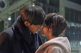 里見(松坂桃李)は意を決して猪熊(木村文乃)にキスをするシーン(C)関西テレビ