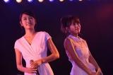 「右肩」を披露した(左から)前田敦子、高橋みなみ (C)AKS