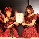 高橋みなみ(左)からAKB48グループ総監督の役職を引き継いだ横山由依 (C)AKS