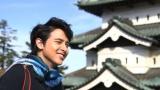 日本の東北6県をめぐる旅バラエティー番組『TABI JAPAN with James Jirayu(旅ジャパン ウィズ ジェームス・ジラユ)』のロケで弘前城を訪れたジラユ(C)テレビ朝日