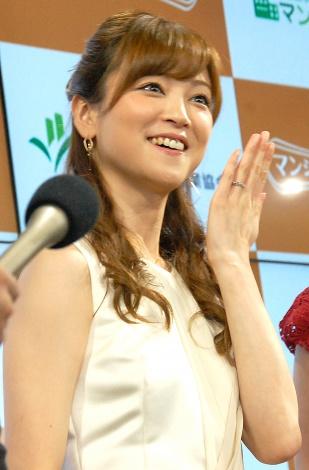 幸せいっぱい! 指輪を見せる吉澤ひとみ=『マンションいい話コンテスト 2015』表彰式 (C)ORICON NewS inc.