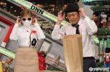 12月11日放送、フジテレビ系『全力!脱力タイムズ』で熱愛報道の写真を再現するローラと有田哲平