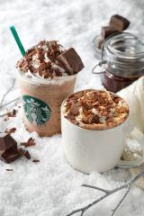 リニューアルしたチョコレートシロップ使用の新ドリンク『チョコラティ クランブル ココ』(右)、『チョコラティ クランブル ココ フラペチーノ』(左)