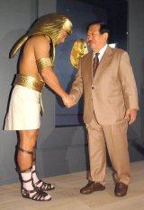 『国立カイロ博物館所蔵 黄金のファラオと大ピラミッド展』のプレス内覧会に出席した(左から)春日俊彰、吉村作治氏 (C)ORICON NewS inc.