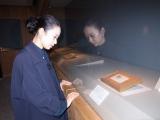古代ペルシャから伝わったカットガラスを見る西加奈子(宗像大社神宝館).JPG