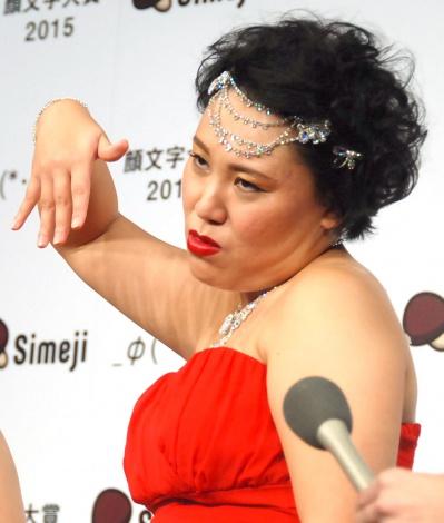 今年1年を「リアル顔文字」で披露したバービー=『Simeji 今年の顔文字大賞2015』発表会 (C)ORICON NewS inc.