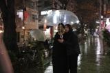 テレビ朝日系『夜の巷を徘徊する』12月17日・24日の放送は、マツコ・デラックスとふかわりょうが東京・自由が丘を徘徊(C)テレビ朝日