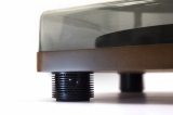 Amadana Musicから発売のレコードプレーヤー『SIBRECO(シブレコ) Speaker Inbuilt record player』(税抜1万5000円)は正面の脚柱部に40mm のフルレンジスピーカーを2 基搭載