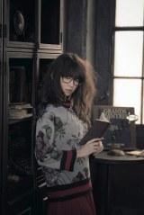 グッチの新作を着こなし文化系女子に変身した小嶋陽菜=『sweet』1月号より(宝島社)