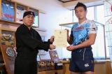 静岡県磐田市で行われた称号授与式(左から)溝畑宏副会長、五郎丸歩選手