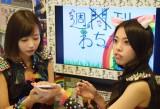 SNSにアップする写真を撮影し合う木下綾菜(左)と小林弥生(右) (C)ORICON NewS inc.