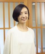 初回のマドンナ・山村里美を演じる草刈民代。卓三が学生時代に憧れていた女性で亡き親友の妻(C)テレビ東京