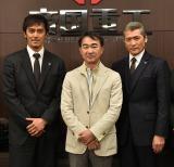 撮影現場を訪問した池井戸潤(中央)と出演者の阿部寛、吉川晃司 (C)TBS