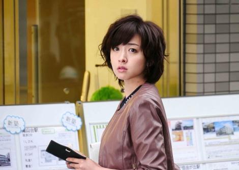 東海テレビ・フジテレビ系ドラマ『新・牡丹と薔薇』に美輪子(逢沢りな)とは異父姉妹となる富貴子(写真)が登場。黛英里佳が一人二役演じる(C)東海テレビ