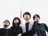 日本テレビ系新番組『アイキャラ』(毎週水曜 深夜1:29)に出演するBase Ball Bearの小出祐介(中央)