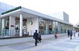 店内が真っ白な内装になった「スターバックス コーヒー 新宿サザンテラス店」