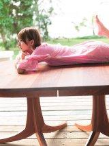 【週刊ヤングジャンプ誌面カット】テーブルに寝そべるナチュラルな表情の篠田麻里子(C)Takeo Dec./集英社