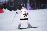 ゲレンデを滑り降りる佐々木彩夏 Photo by HAJIME KAMIIISAKA+Z