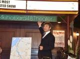 AKB48劇場の伝統あるプレートを外し、NGT48劇場に運ぶ今村悦朗NGT48劇場支配人 (C)ORICON NewS inc.