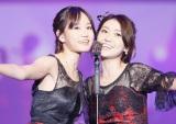 紅白にサプライズ登場した(左から)前田敦子、大島優子 (C)AKS