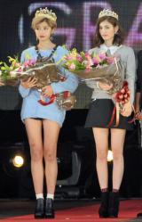 『ViVi』専属モデルオーディションでグランプリに選ばれた佐久間由衣さんと福田恵里さん(左から) (C)ORICON NewS inc.